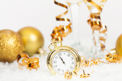 Alte goldene Uhr nah an Mitternacht und Weihnachtsdekorationen Lizenzfreies Stockfoto