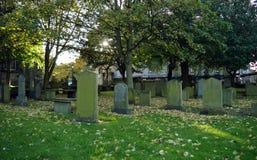 Alte Gräber in Herbstlaub Sankt- Nikolauskirkyard, Aberdeen, Scot Lizenzfreie Stockfotos