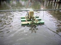Alte grüne Belüftungsanlage, die auf das Wasser schwimmt Lizenzfreies Stockfoto