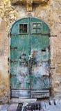 Alte grüne eingesäumte Tür Stockfotografie