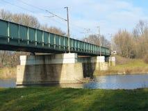 Alte grüne Eisenbahnbrücke über Fluss Stockfotografie