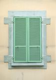 Alte grüne hölzerne Blendenverschlüsse Lizenzfreies Stockfoto