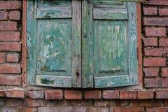 Alte grüne hölzerne Fensterläden geschlossen Stockbilder