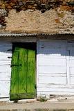 Alte grüne hölzerne Tür Lizenzfreie Stockbilder
