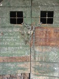 Alte grüne hölzerne Tür mit Graffiti Lizenzfreie Stockbilder