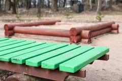 Alte grüne Holzbank und eine Sandgrube Stockfotografie