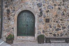 Alte grüne Holztür mit Bolzen mit Schlosswandbeschaffenheit Stockfotos