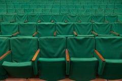 Alte grüne Sitze im Theater Lizenzfreies Stockbild