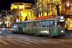 Alte grüne Straßenbahn im Stadtzentrum von Belgrad Lizenzfreie Stockfotos