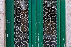 Alte grüne Tür mit metallischem dekorativem Muster Lizenzfreies Stockbild