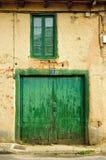 Alte grüne Tür und Fenster Stockbild
