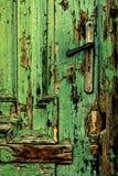 Alte grüne Türnahaufnahme mit Griff Lizenzfreies Stockbild