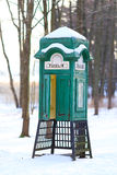 Alte grüne Telefonzelle stockfotos