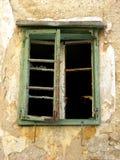 Alte grüne zerbrochene Fensterscheibe ein verlassenes Haus in Bakar, Kroatien Lizenzfreies Stockfoto