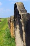 Alte Grabsteine in einem Kirchhof Stockbild