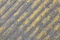 Alte graue Betonmauer mit gelber Schalenfarbe und diagonalen Linien Raue Oberfl?chen-Beschaffenheit lizenzfreie stockfotografie