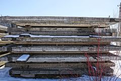 Alte graue Betonplatten in einem Stapel im Schnee Stockfoto