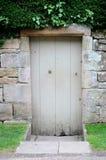 Alte graue geheimnisvolle Tür Stockfoto