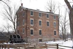 Alte Graue-Mühle in einem Schnee-Sturm Stockfotografie
