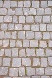 Alte graue Pflasterung in einem Muster in einer alten mittelalterlichen europäischen Stadt Stockfotografie