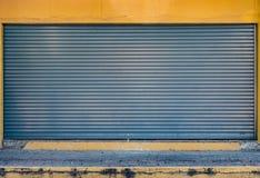 Alte graue Rollenfensterladentür Stockfotos