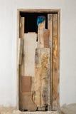 Alte graue Tür auf der Wand Stockfoto