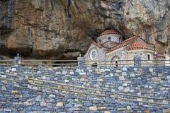 Alte griechische Kirche schnitzte im Berg Stockfotos