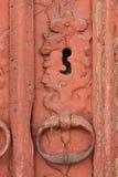 Alte Griffe eine alte Tür und eine Farbe, rot Stockfotos