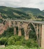 Alte große Brücke in Durdevica und in der fantastischen Ansicht Tara Stockfoto