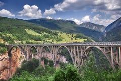 Alte große Brücke in Durdevica und in der fantastischen Ansicht Tara-Flussschlucht - ist die größte Schlucht in Europa im Staatsa Lizenzfreies Stockfoto