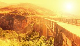 Alte große Brücke und Ansicht von Fluss Stockfotos