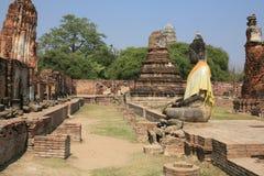 Alte große Buddha-Statue gegen ruinierte Statuen Stockbilder