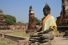 Alte große Buddha-Statue an ruiniertem Tempel Stockfotografie