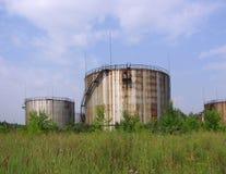 Alte große rostige Tanker für Speicher der Erdölerzeugnisse auf Lager stockbild