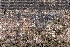 Alte große verwitterte Backsteinmauer Stockfoto
