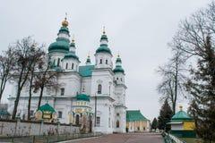 Alte große weiße alte christliche Kirche mit Kreuzen, grünem Dach und hölzernem Idol nahe Treppe Lizenzfreie Stockfotografie