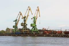 Alte gru del carico in porto Immagini Stock Libere da Diritti
