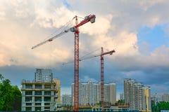 Alte gru di costruzione su un cantiere Fotografia Stock