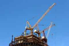 Alte gru e costruzione di edifici Immagine Stock Libera da Diritti