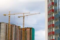 Alte gru sulla costruzione degli edifici residenziali Fotografia Stock