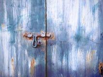 Alte grungy Tür mit Klinke für die Blockierung Stockfotos
