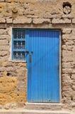 Alte grungy Tür mit strukturierter Wand Stockfotografie