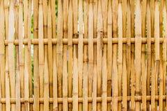 Alte grungy thailändische handcraft vom Bambuswebartmusterzaun Lizenzfreie Stockfotos