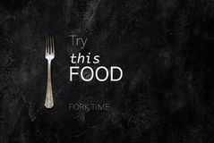 Alte Gutshofgabel mit Textversuch dieses Lebensmittel auf konkreter Draufsicht stockfotografie