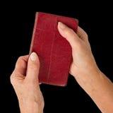 Alte Hände (Frau) eine sehr alte Bibel anhalten Stockfotografie