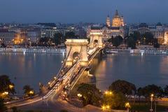 Alte Hängebrücke und die Stadt von Budapest Stockbild