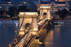 Alte Hängebrücke und die Stadt von Budapest Stockfotografie