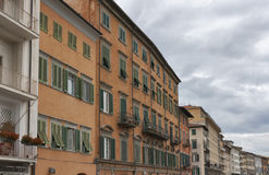 Alte Häuser auf dem der Arno-Fluss in Pisa Lizenzfreie Stockfotografie