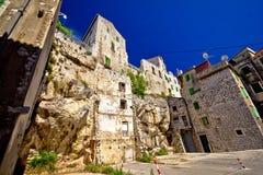Alte Häuser auf dem Felsen in der Stadt von Sibenik Stockfotos