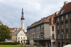 Alte Häuser auf den alten Stadtstraßen tallinn Estland stockbilder